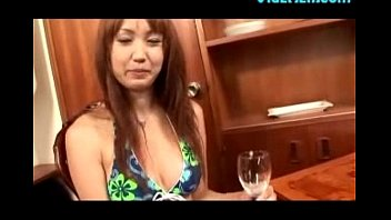 openning and drinking beer with her pussy KTV派对